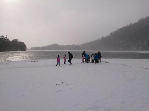 雪の湖畔をお散歩.jpg